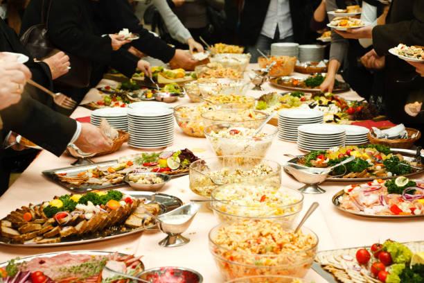 catering-tisch mit leckeren speisen - käse wurst salat stock-fotos und bilder