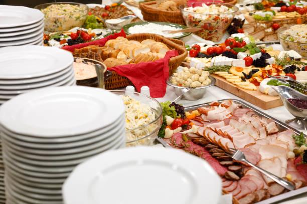 catering-tisch - käse wurst salat stock-fotos und bilder