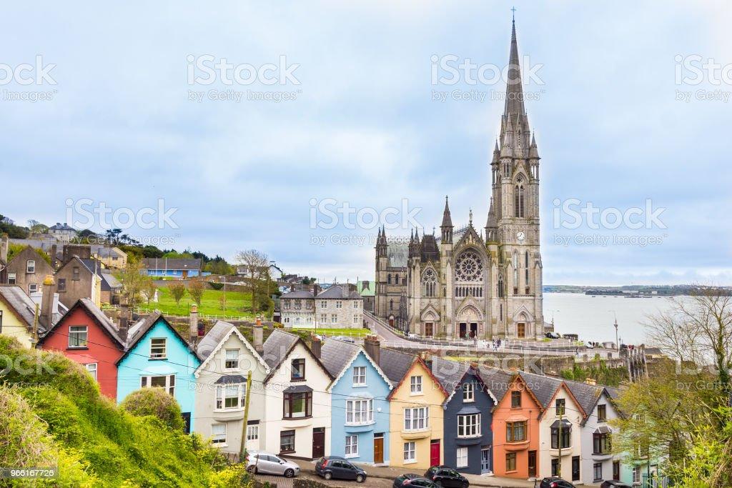 Kathedrale und farbigen Häuser in Cobh, Irland – Foto
