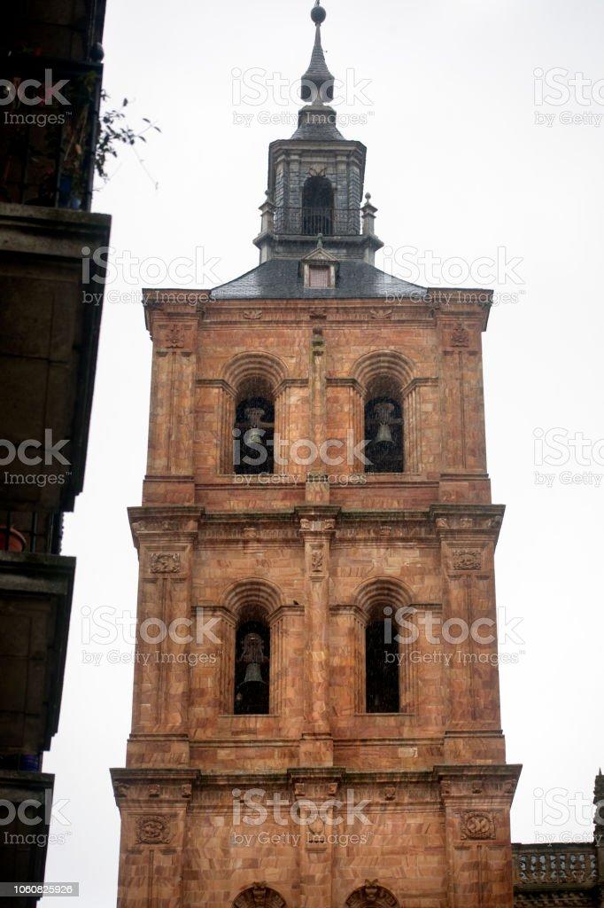 Vista de torre campana de Catedral en Astorga, León, España - foto de stock