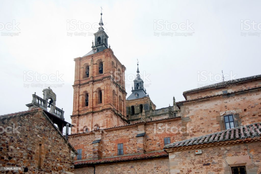 Torres de campana de Catedral vista lateral en Astorga, León, España - foto de stock