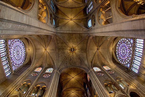 hoher decke – paris, frankreich - kathedrale von notre dame stock-fotos und bilder