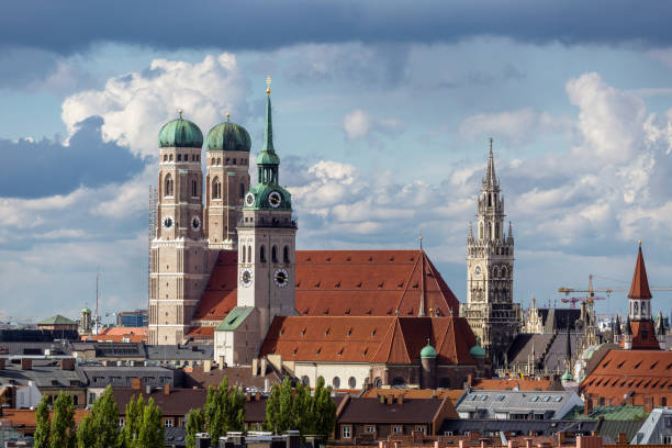 cathedral frauenkirche in munich, germany in a beautiful summer day - marienplatz foto e immagini stock
