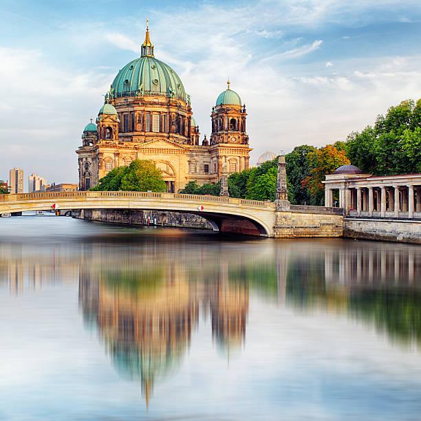 kathedrale in berlin, der berliner dom - brücke museum berlin stock-fotos und bilder