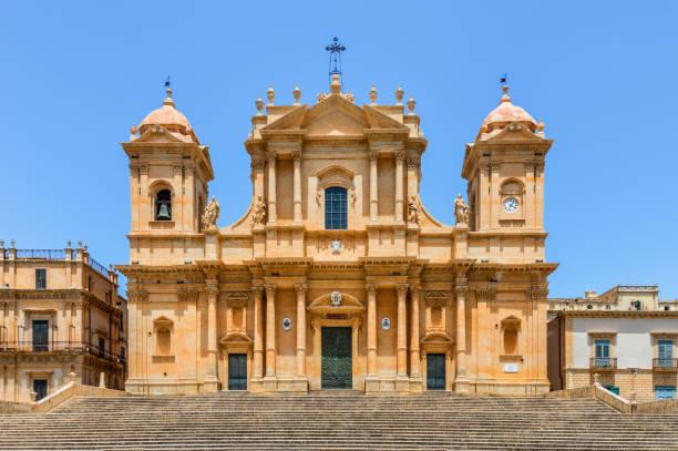 kathedraal in noto, sicilië - noto sicilië stockfoto's en -beelden