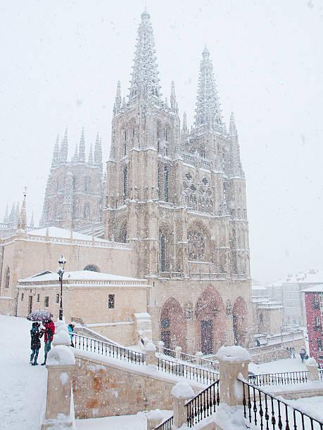 catedral de invierno - burgos fotografías e imágenes de stock