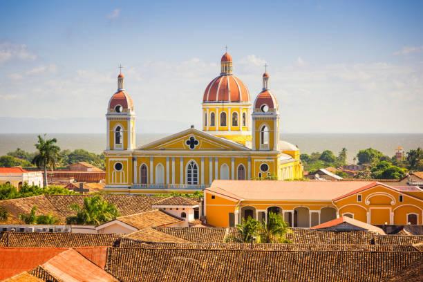 kathedrale von granada stadtbild nicaragua - nicaragua stock-fotos und bilder