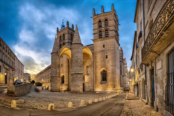 Kathedrale des Heiligen Petrus in der Abenddämmerung in Montpellier, Frankreich – Foto