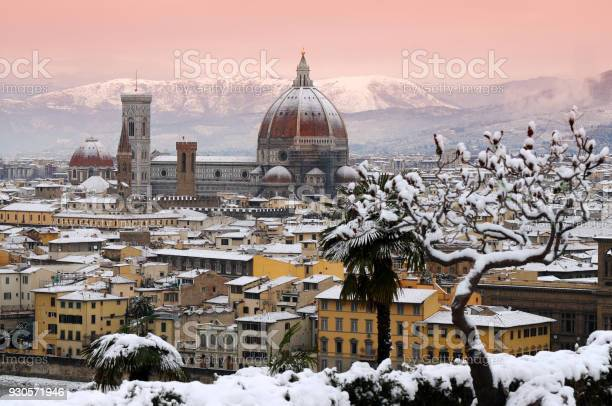 Cathedral of santa maria del fiore in florence after a big snowfall picture id930571946?b=1&k=6&m=930571946&s=612x612&h=a6v7muycagmjqhqjkizng7a43znexff2hnue5tf li0=
