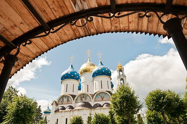 mariä-himmelfahrts-kathedrale in sergiev posad, russland - russisch orthodoxe kirche stock-fotos und bilder