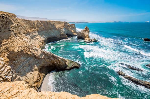 catedral de formación rocosa, costa peruana, las formaciones de roca en la costa, reserva nacional de paracas, paracas, departamento de ica, perú - perú fotografías e imágenes de stock