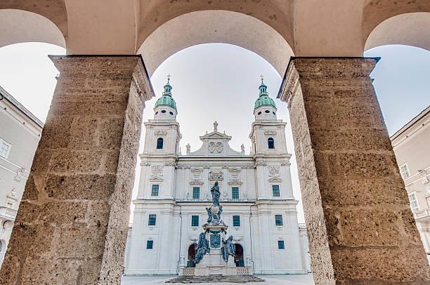 cathedral square (domplatz) lage in salzburg, österreich - salzburg stock-fotos und bilder