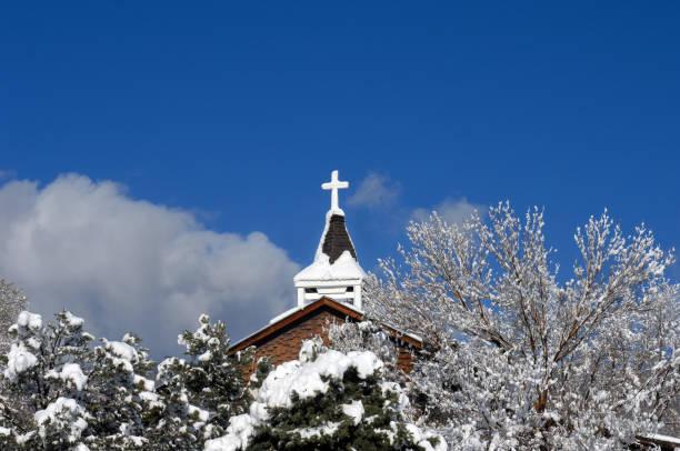katholische mission in new mexico - kirchturmspitze stock-fotos und bilder