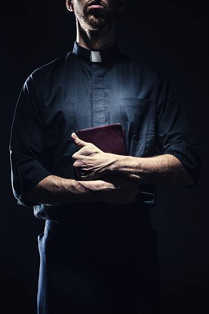 sacerdote segurando uma bíblia católica - padre - fotografias e filmes do acervo