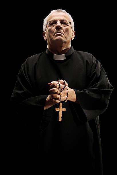 reverend católica segurando uma cruz de madeira - padre - fotografias e filmes do acervo