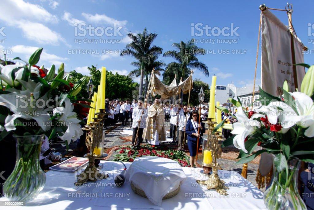 Katholieken nemen deel aan de processie van Corpus Christi - Royalty-free Bidden Stockfoto