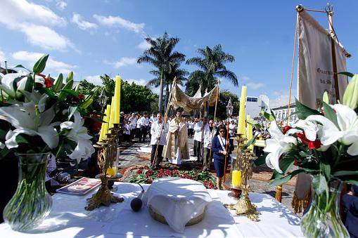 Katholieken Nemen Deel Aan De Processie Van Corpus Christi Stockfoto en meer beelden van Bidden