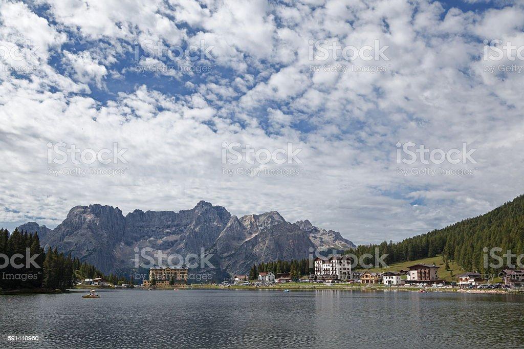 Catini di Misurina visti dal lago omonimo. Dolomiti di Sesto. - foto stock