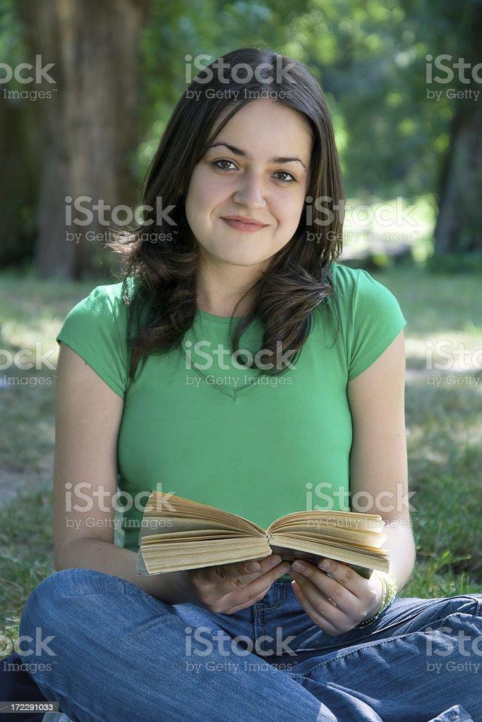 Caucasien 15 à 20 ans pour les ados lecture dans le parc - Photo
