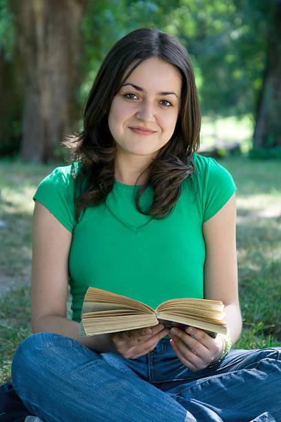 Caucasico 15-20 anni ragazzi leggendo nel parco - foto stock