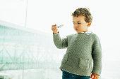 60c9bdb6631936 ... Kaukasische jongen spelen met speelgoed vliegtuig in de buurt van  venster · Cute little boy dreaming of becoming a pilot · Gelukkig  Aziatische kind ...