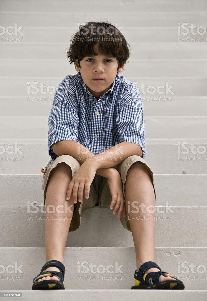 Caucasiana menino sentado na escada - foto de acervo