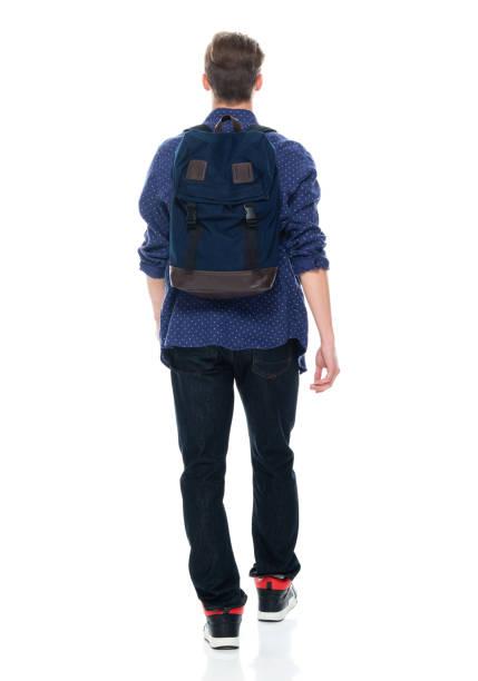 Kaukasienische Jungen Universität Student zu Fuß vor weißem Hintergrund tragen Rucksack und Tasche – Foto