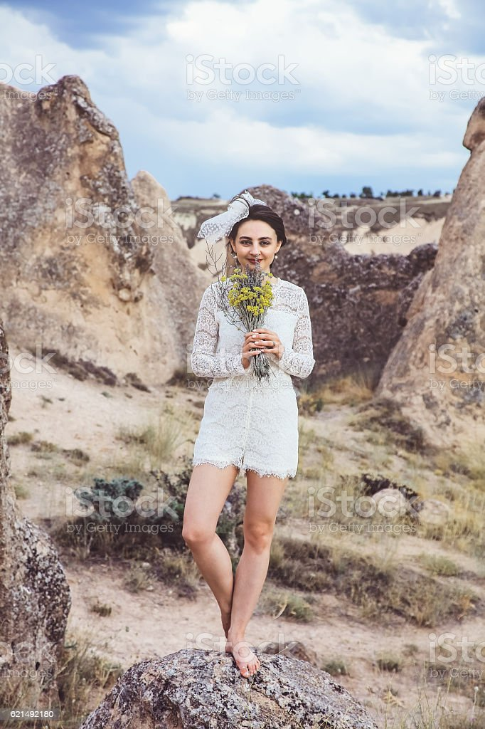 Caucasian bride holding bouquet in Cappadocia, Turkey photo libre de droits