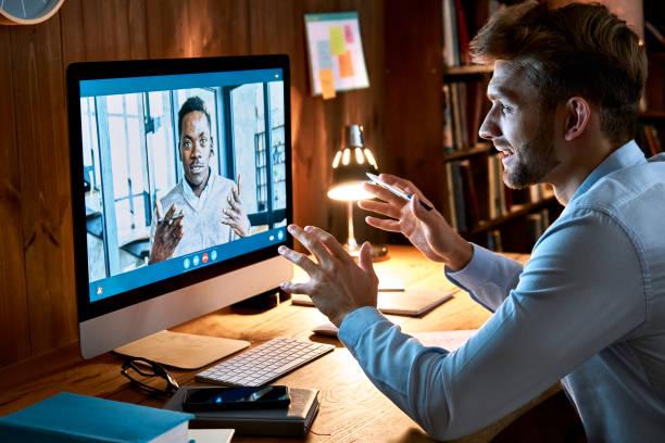 người đàn ông kinh doanh da trắng nói chuyện với nam huấn luyện viên đối tác châu phi trong cuộc gọi hội nghị video thảo luận về công việc từ xa xã hội tại trò chuyện hội nghị truyền hình cuộc họ - telecommuting hình ảnh sẵn có, bức ảnh & hình ảnh trả phí bản quyền một lần