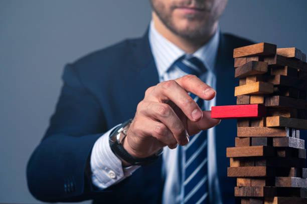 kaukasischen Geschäftsmann Anzug Hand halten HolzTurm Stapel Block organisieren und Strategie Ideen Konzept – Foto