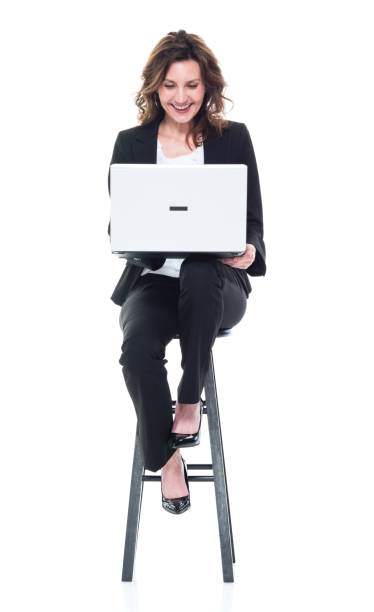 Kaukasische Geschäftsfrau sitzt und benutzt Laptop – Foto