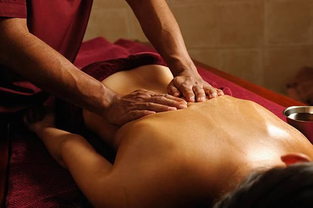 Caucasien appréciant un Massage Ayuverdic - Photo