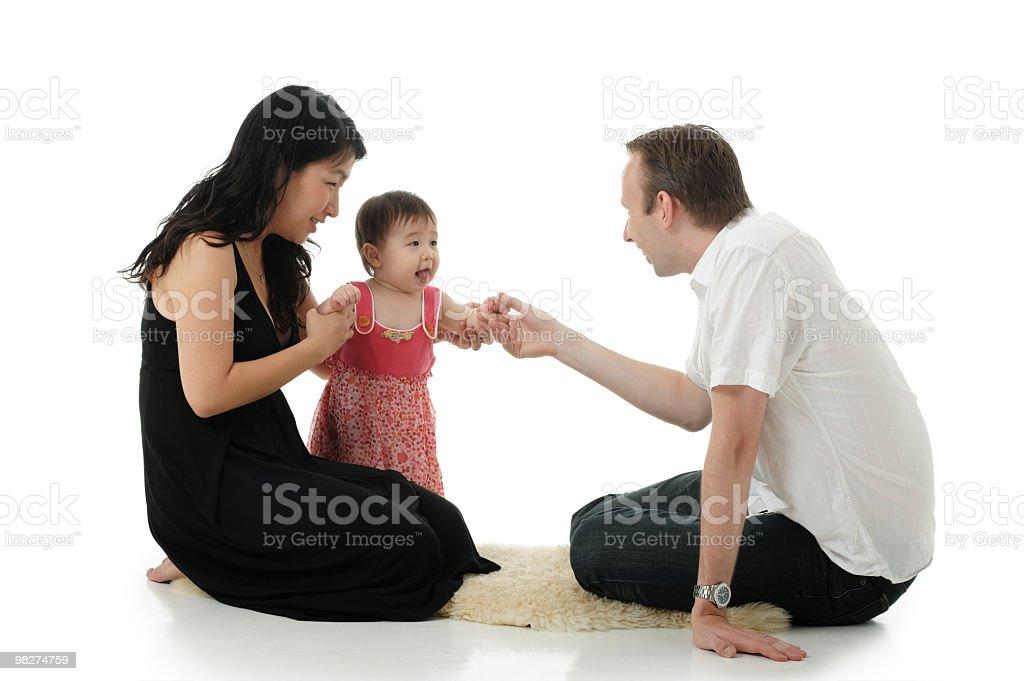 Caucasica padre e madre con bambina asiatica foto stock royalty-free