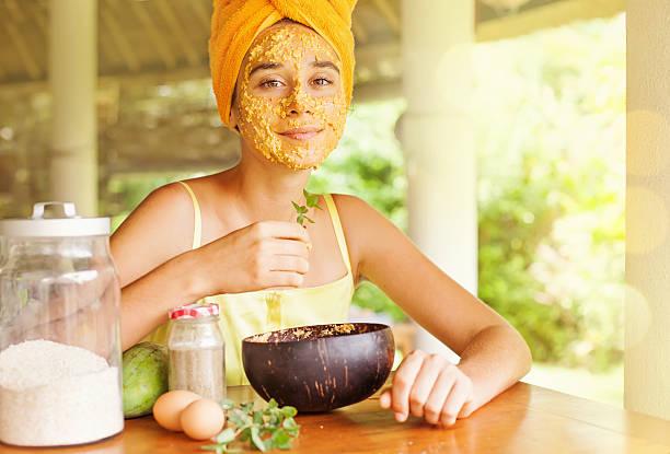 Europäischer Abstammung Mädchen mit natürlichen Inhaltsstoffen Ihr Gesicht – Foto