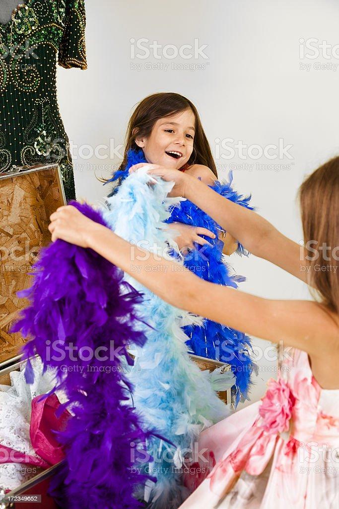Chicas caucásicas 7-8, jugando vestido con pluma boas foto de stock libre de derechos