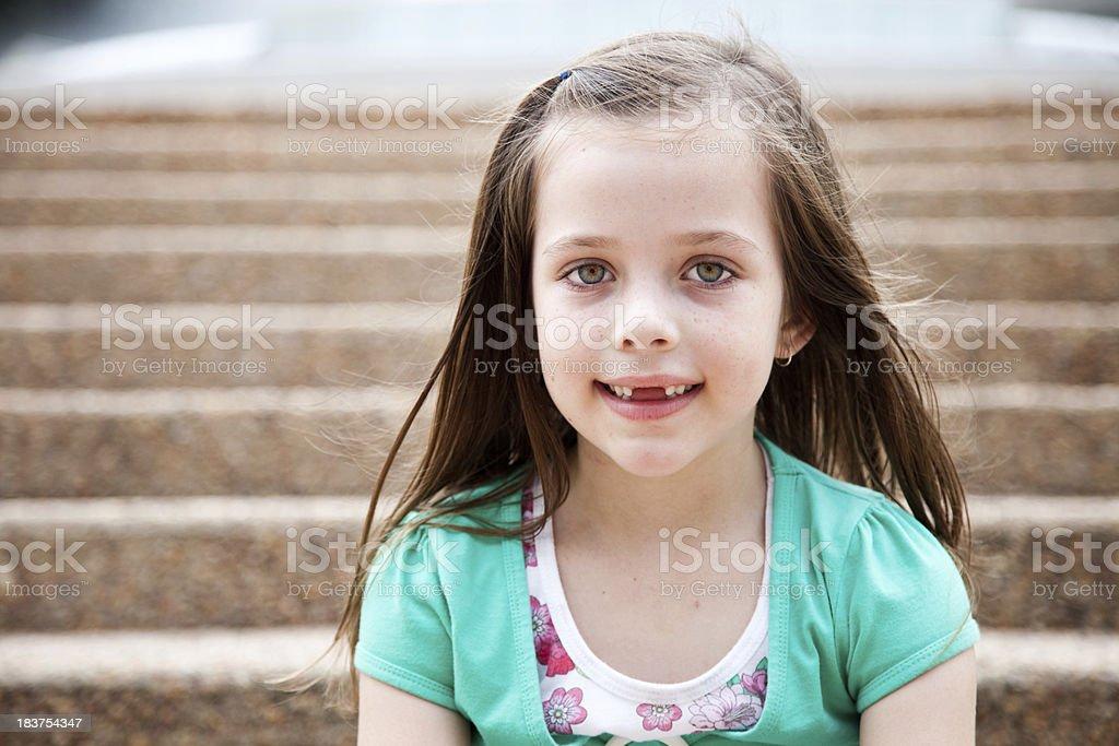 Bambina Caucasica Marrone Lungo Seduto Sulle Scale Allaperto ... fc1d42fc3e21