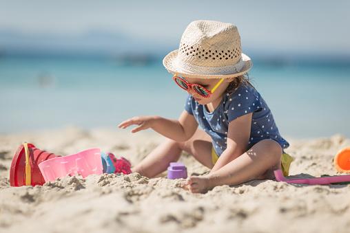 Caucasian Littplayng Beach Toysle Girl With Hat - Fotografias de stock e mais imagens de Alegria