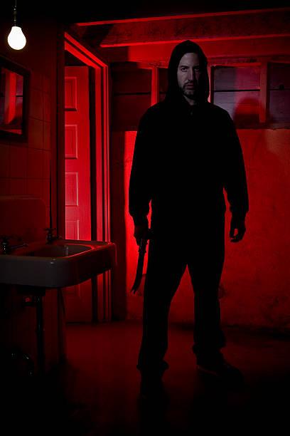 Caucasiana masculino intruso em pé com faca - foto de acervo