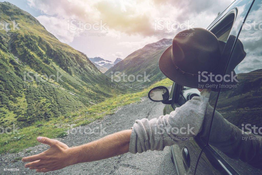 Kaukasischen Männchen auf Roadtrip Berglandschaft genießen – Foto