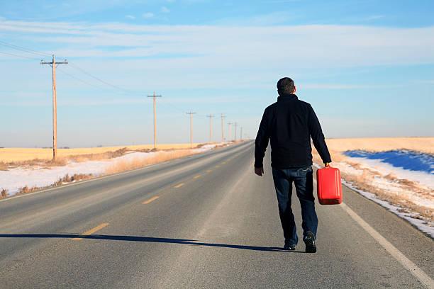 Kaukasier männliche zu wenig Treibstoff auf dem Highway – Foto