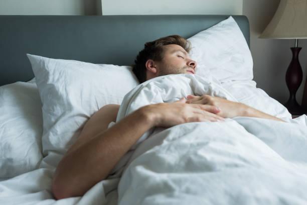 mutlu yüz ifadesiyle uyuklayan beyaz adam. stok fotoğrafı