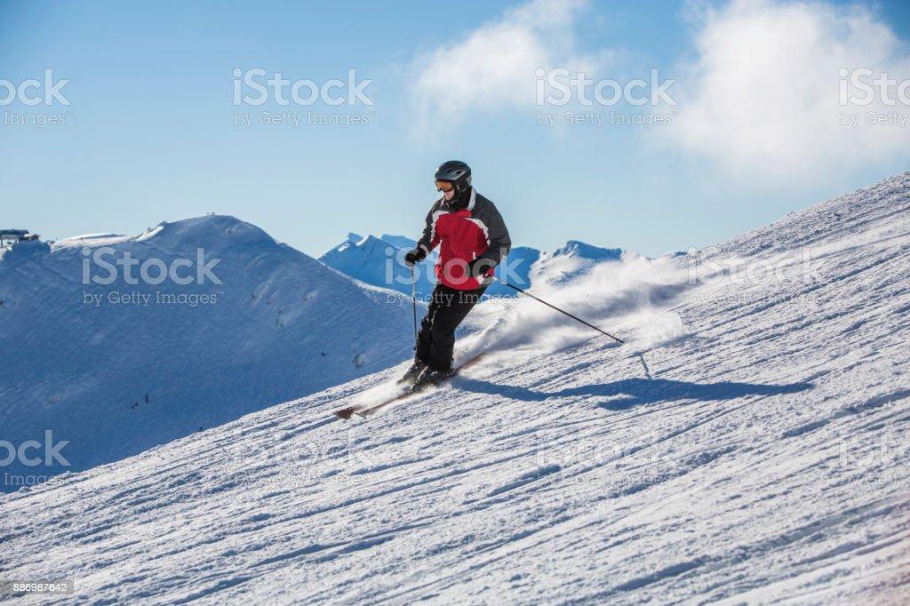 Kaukasischen Mann im Winterurlaub Skifahren. – Foto