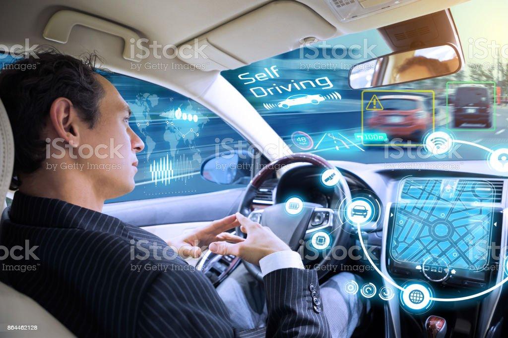 Kaukasiska man rider autonoma bil. Självkörande fordon. Förarlös bil. bildbanksfoto