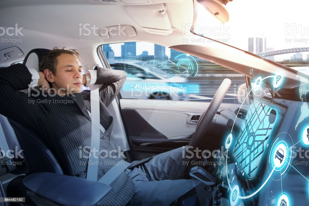 白人男が自律車で寝ていた。車を運転している自己。 ストックフォト
