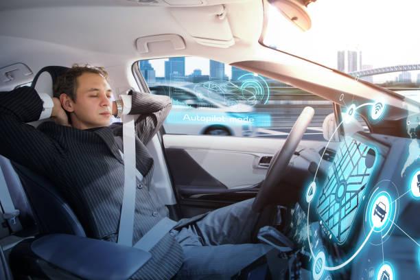 Kaukasiska man sover i autonoma bil. Självkörande fordon. bildbanksfoto
