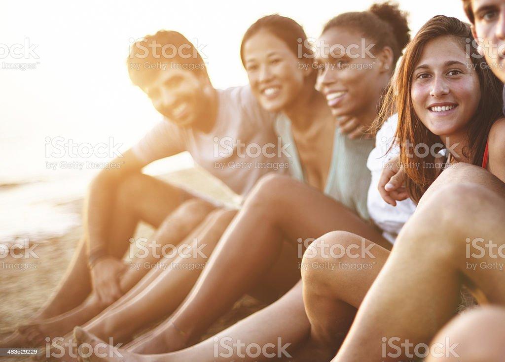 Caucasiano Homem sorrindo na praia com os amigos - foto de acervo