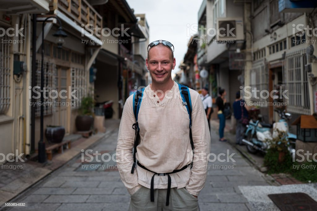 Kaukasischen Mann lächelnd auf den Straßen von Tainan, Tainan. – Foto