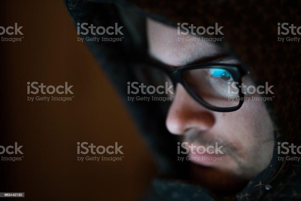 Homme caucasien avec lunettes sous la capuche - Photo de Adulte libre de droits