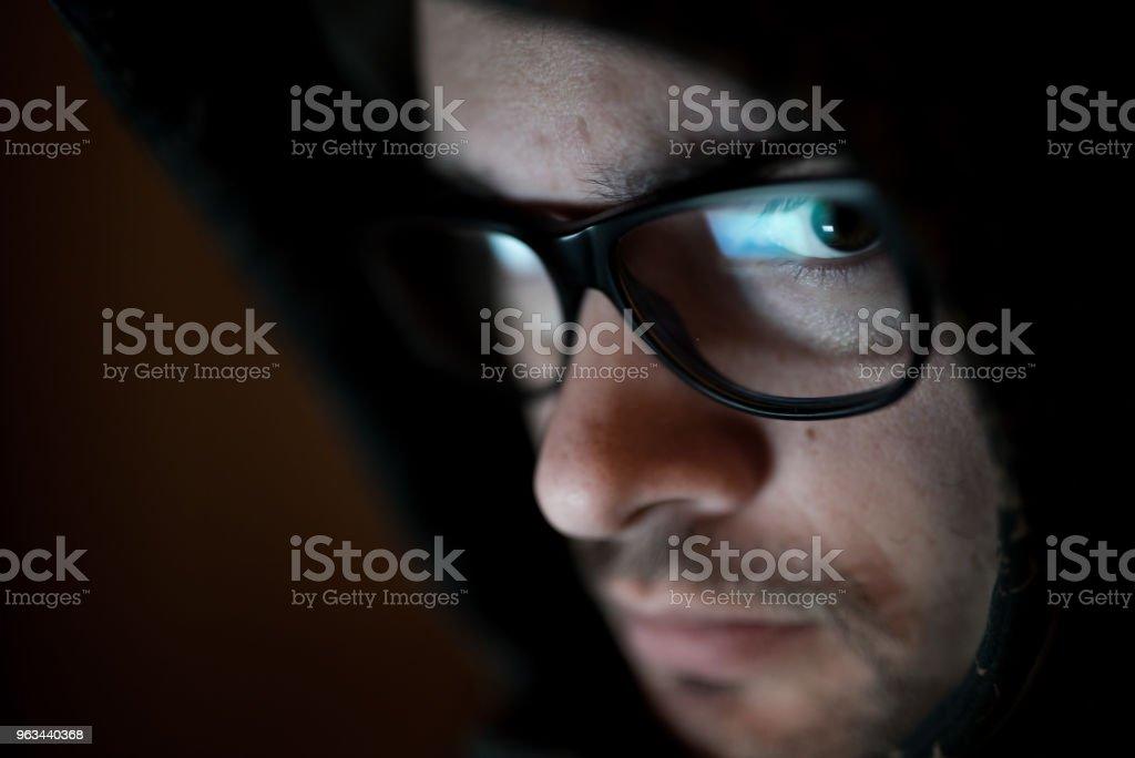 Caucasian man with eye glasses under the hoodie - Zbiór zdjęć royalty-free (Bliskie zbliżenie)