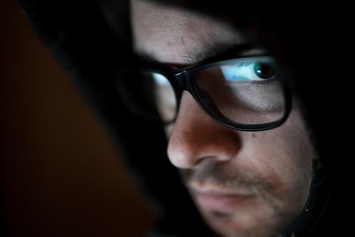 Gözlükleri Hoodie Altında Beyaz Adamla Stok Fotoğraflar & Adamlar'nin Daha Fazla Resimleri